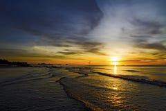Onda del swash de la salida del sol Imagen de archivo libre de regalías