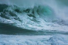 Onda detalhada da tempestade do inverno que quebra e que espirra na costa Imagem de Stock Royalty Free