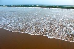 Onda di acqua della spiaggia del mare e schiuma bianca immagine stock libera da diritti