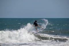 Onda di guida del surfista ad Echo Beach Canggu Bali Indonesia fotografia stock libera da diritti