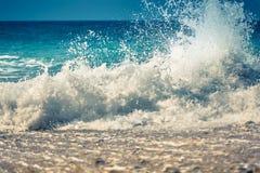 Onda di oceano blu con spruzzata Fotografia Stock Libera da Diritti