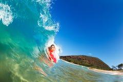 Onda di oceano blu praticante il surfing Fotografie Stock Libere da Diritti