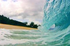 Onda di oceano blu su una spiaggia Immagini Stock Libere da Diritti