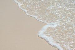 Onda di oceano blu sulla spiaggia sabbiosa immagine stock libera da diritti