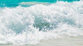 Onda di oceano blu sulla spiaggia sabbiosa fotografia stock