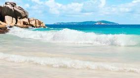 Onda di oceano blu sulla spiaggia sabbiosa, fondo dell'acqua di mare, concetto di vacanza fotografie stock