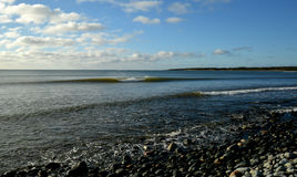 Onda di oceano che si rompono perfetto a sinistra e destra su un afterno soleggiato Fotografia Stock