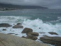Onda di oceano con le rocce del granito Fotografie Stock Libere da Diritti