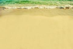 onda di oceano e spiaggia gialla chiare Immagine Stock