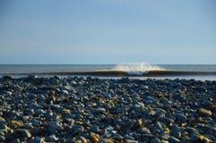 Onda di oceano fredda che si rompe perfetto a destra e a sinistra con il bohkeh Fotografia Stock Libera da Diritti