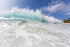 Onda di oceano Pacifico luminosa hawaiana di Shorebreak Fotografia Stock Libera da Diritti