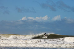 Onda di oceano praticante il surfing Immagini Stock Libere da Diritti