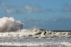 Onda di oceano praticante il surfing Fotografie Stock Libere da Diritti