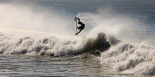 Onda di oceano praticante il surfing Fotografia Stock