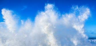 Onda di oceano pulita fresca dell'acqua bianca contro cielo blu Fotografia Stock