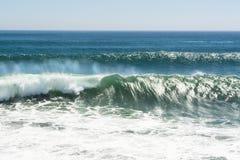Onda di rottura alla spiaggia Fotografia Stock