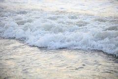 Onda di rottura sulla spiaggia Immagini Stock