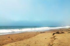 Onda di sabbia della spiaggia e cielo nebbioso Fotografia Stock Libera da Diritti