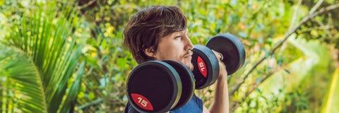 Onda do bíceps - os braços dando certo exteriores do homem da aptidão do treinamento do peso que levantam os pesos que fazem os b imagem de stock royalty free