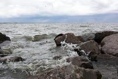 Onda do golfo que espirra nas rochas Fotos de Stock Royalty Free