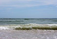 A onda do mar está correndo à costa Imagens de Stock