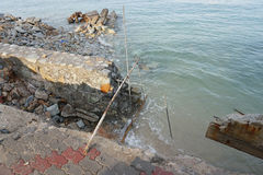A onda do mar forte corroeu a parede Imagens de Stock
