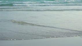 Onda do mar do lapso de tempo na praia em Tailândia vídeos de arquivo
