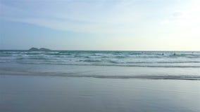 Onda do mar do movimento lento na praia em Tailândia filme