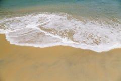 Onda do mar na praia da areia Fotografia de Stock