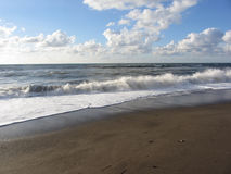 Onda do mar na praia da areia Della Pescaia de Castiglione, província de Grosseto, Itália Foto de Stock