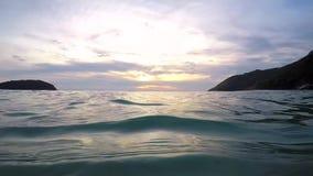 A onda do mar vem perto da objetiva Tiro subaquático do tempo do por do sol de Gopro HD do ângulo largo Phuket, Tailândia vídeos de arquivo