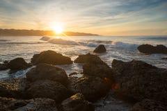 A onda do Oceano Índico rola à praia no por do sol do dia Foto de Stock Royalty Free