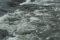 Onda do rio na água pouco profunda fotografia de stock