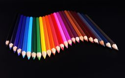 Onda dos lápis da cor isolada no preto fotografia de stock royalty free