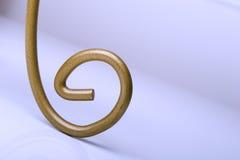 Onda dourada abstrata da cor sobre o fundo roxo Imagens de Stock