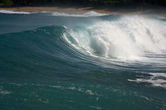 Onda drammatica di Shorebreak immagine stock libera da diritti