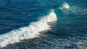 A onda e a espuma brancas grandes fazem sinal no oceano bonito do azul de turquesa foto de stock royalty free