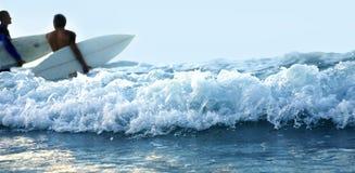 Onda e praticare il surfing Immagine Stock Libera da Diritti
