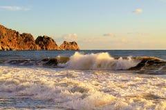 Onda e rocce del mare Immagini Stock