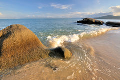 Onda e rocha da costa de mar Fotografia de Stock Royalty Free