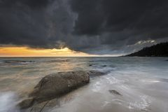 Onda e strom sobre o mar Imagem de Stock