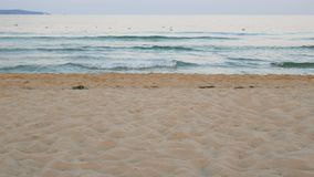 Onda en fondo de la arena de la playa