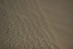 Onda en la playa de la arena Fotos de archivo libres de regalías
