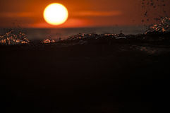 Onda en la puesta del sol fotos de archivo libres de regalías