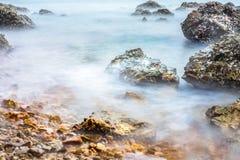 Onda enevoada na costa da rocha Fotografia de Stock Royalty Free