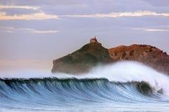 Onda enorme que quebra no país Basque fotografia de stock
