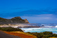 Onda escénica de la resaca en la costa costa rocosa imagen de archivo