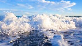 Onda espumosa enorme del mar puro que envuelve la costa costa, concepto agradable de las emociones almacen de metraje de vídeo