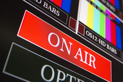 In onda firmi dentro una sala di controllo della televisione Immagine Stock Libera da Diritti