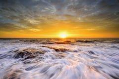 A onda flui sobre rochas e pedregulhos resistidos em Narrabeen norte fotografia de stock royalty free